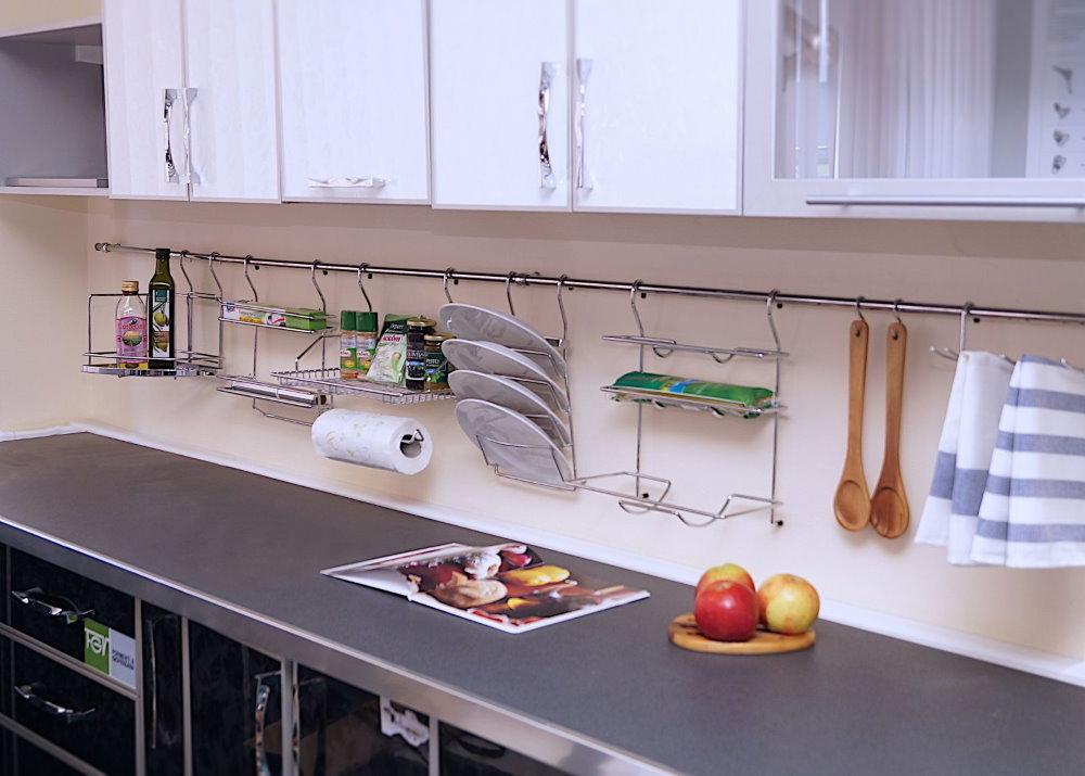 Кухонный фартук с рейлингами из нержавейки