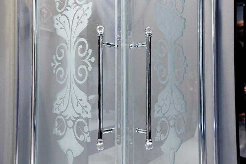 Рисунок на полотне стеклянной шторки в ванной комнате