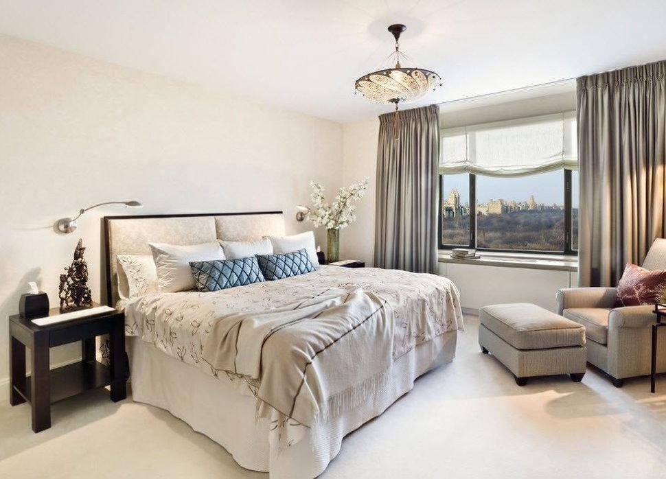 Сочетание римских штор с прямыми занавесками в спальной комнате