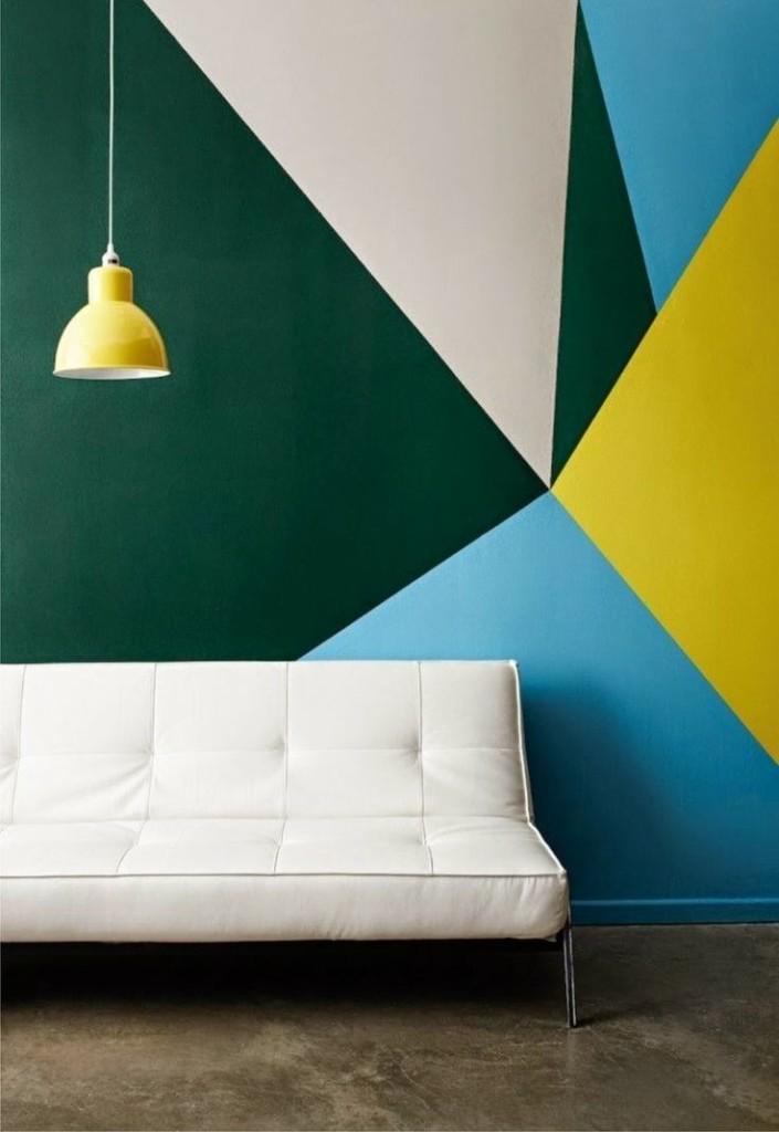 Декорирование рисунком стены в гостиной комнате