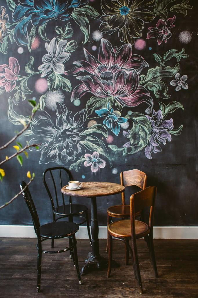 Роспись цветными мелками стены в обеденной зоне кухни