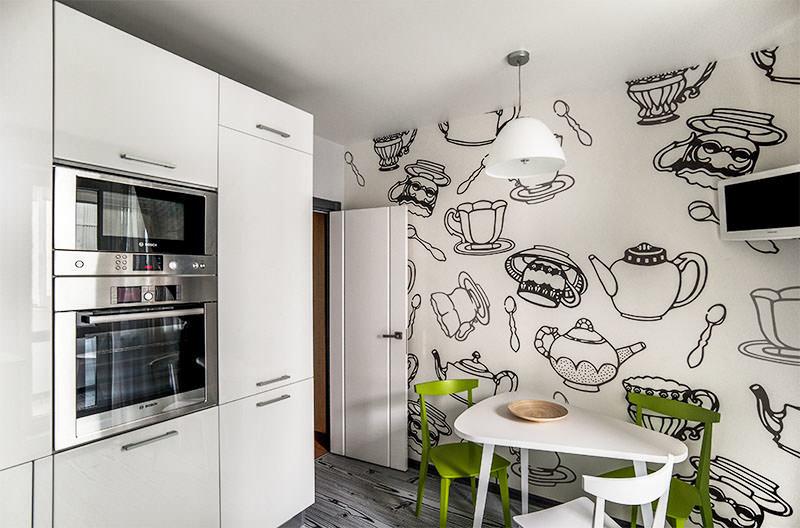 Черно-белые рисунки посуды на стене кухни