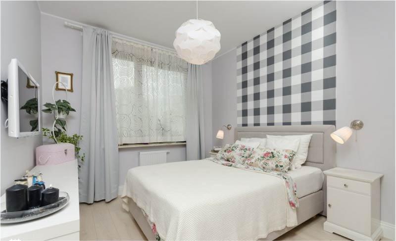 Спальная комната с рисунком над кроватью