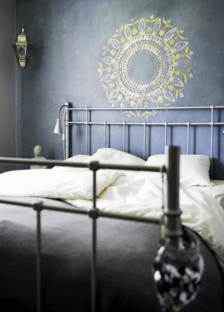 Рисунок красками над изголовьем кровати