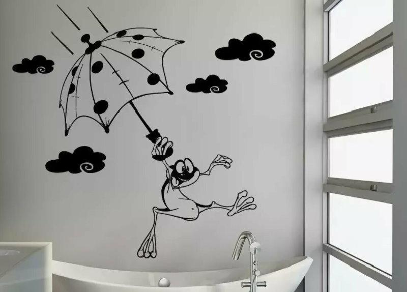 Белая стена ванной комнаты с черным рисунком