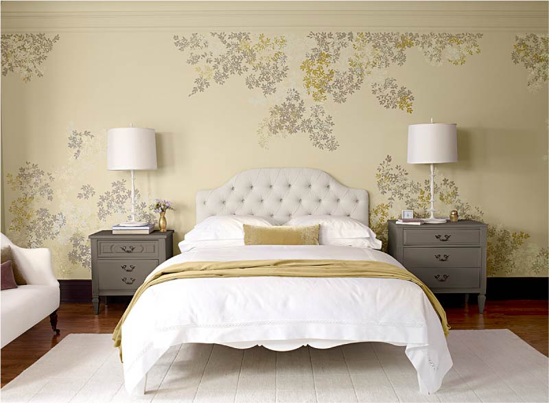 Двухспальная кровать в комнате с рисунком на стене