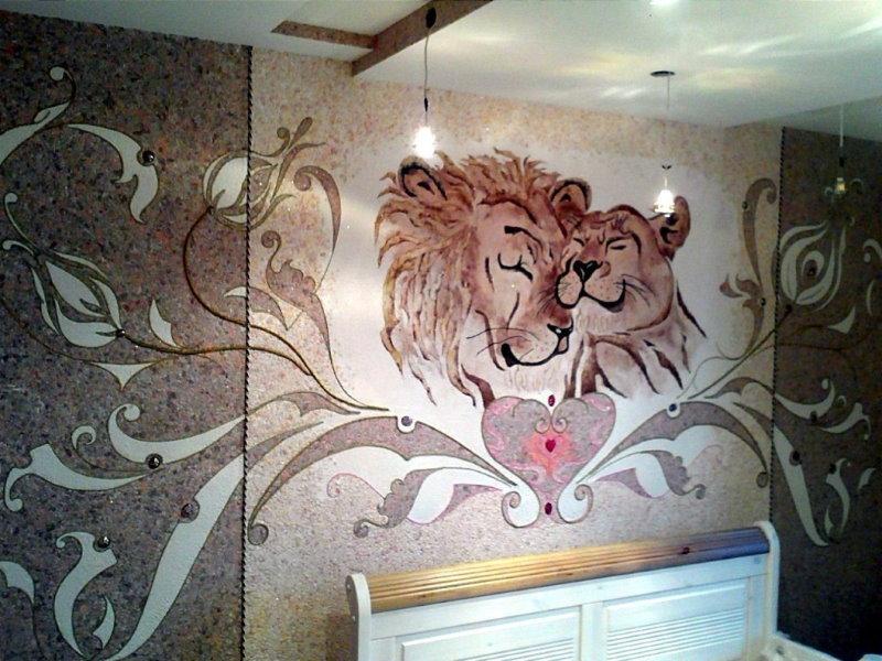 Рельефный рисунок из жидких обоев на стене спальни