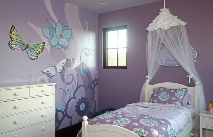 Бабочки и цветки на стене детской для девочки