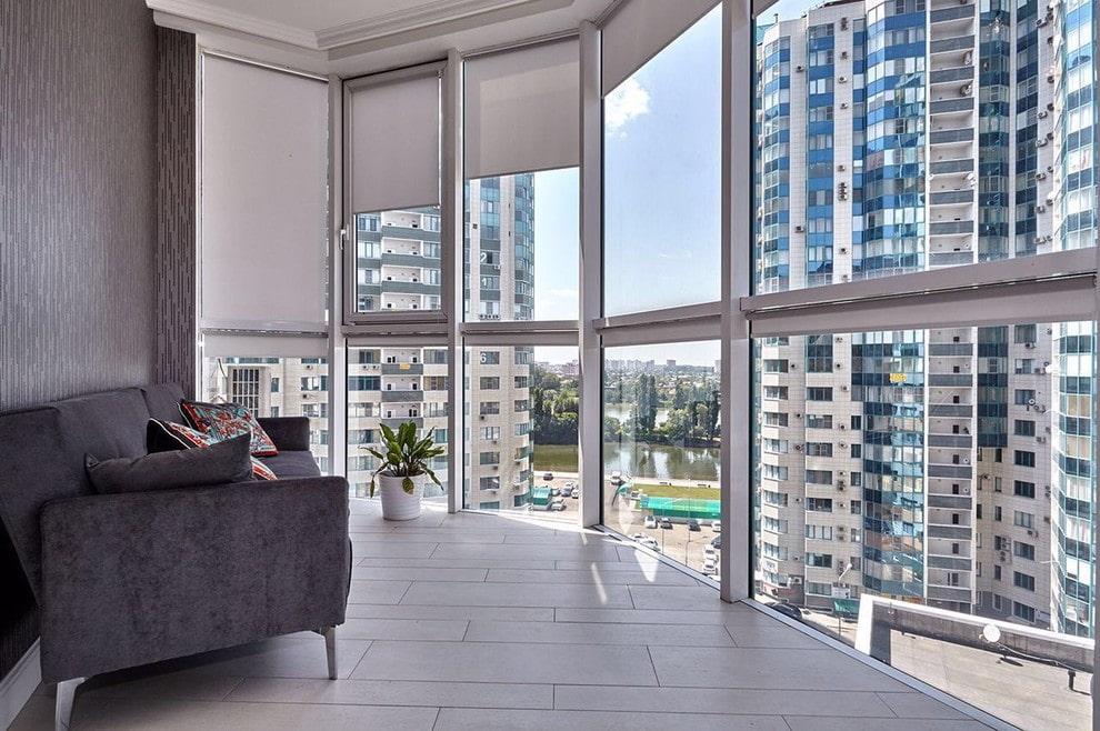 Рулонные шторы на панорамном окне балкона в квартире