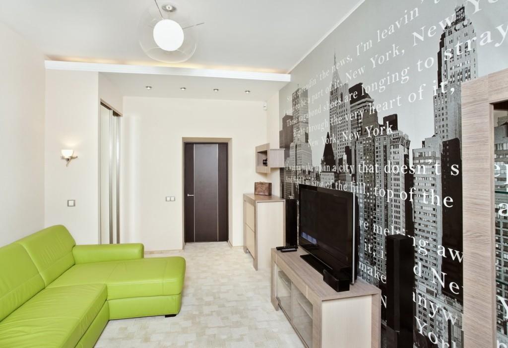 Черно-белая гостиная с диваном зеленого цвета