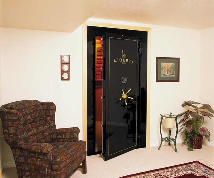 Сейфовая дверь в прихожей современной квартиры