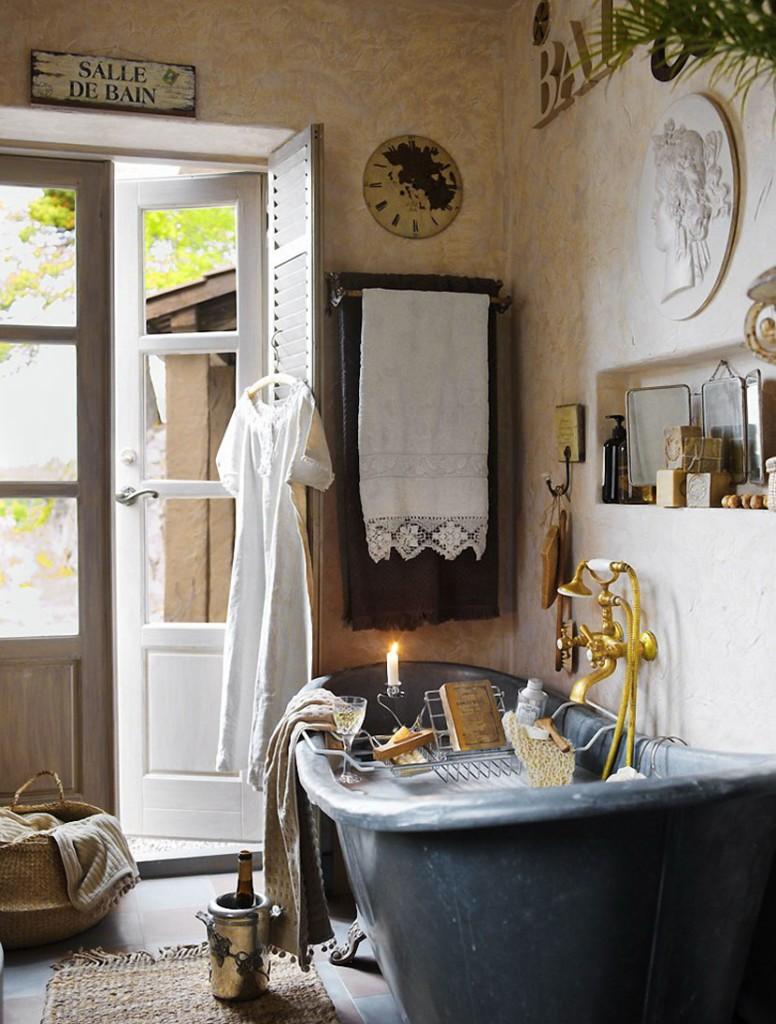 Винтажная ванна в комнате с распашной дверью