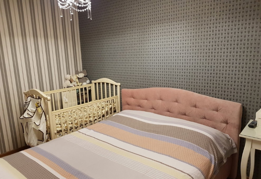 Небольшая спальня с серыми обоями