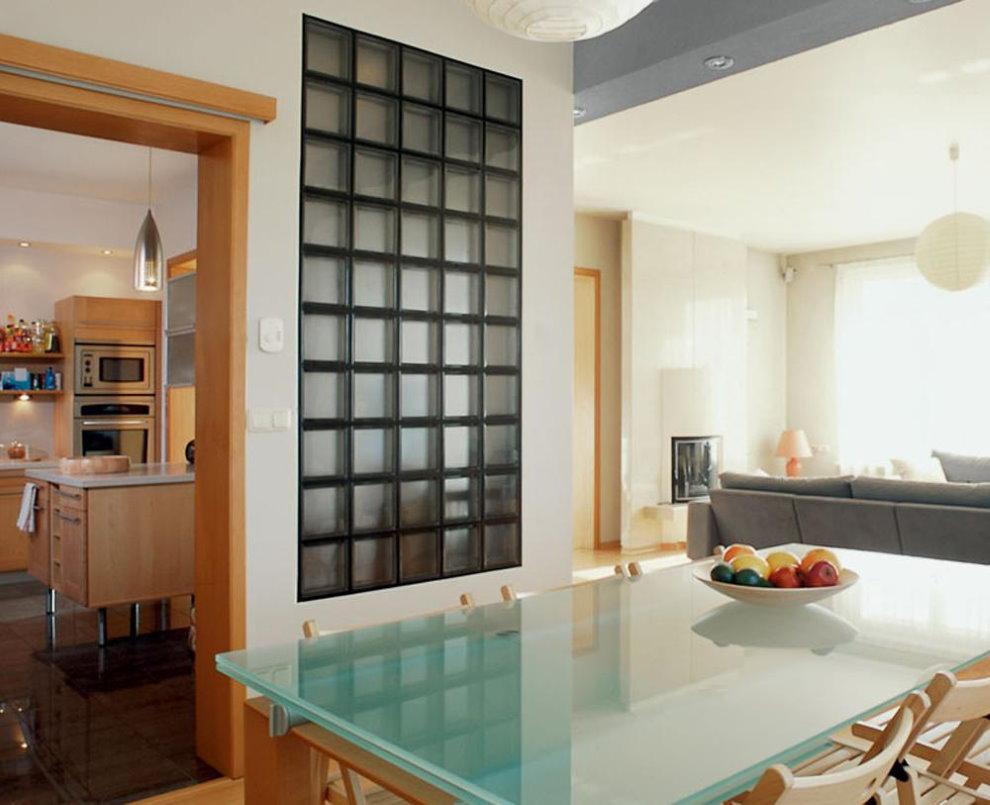 Вставка из матовых стеклоблоков в стене квартиры
