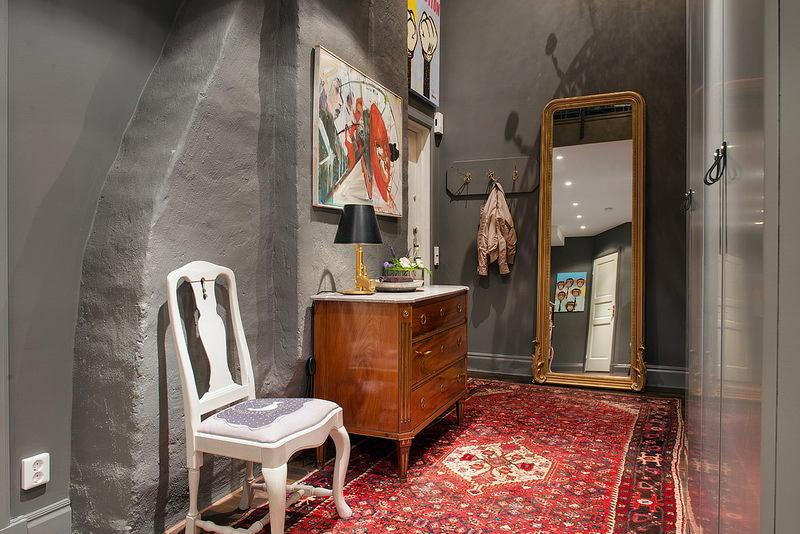 Напольное зеркало в прихожей с серыми стенами