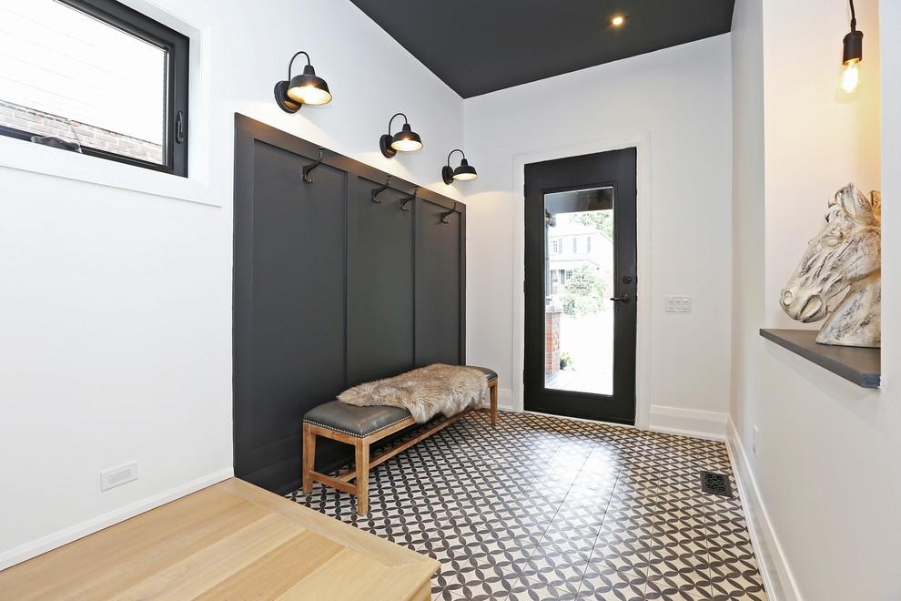 Серый шкаф в прихожей с керамическим полом