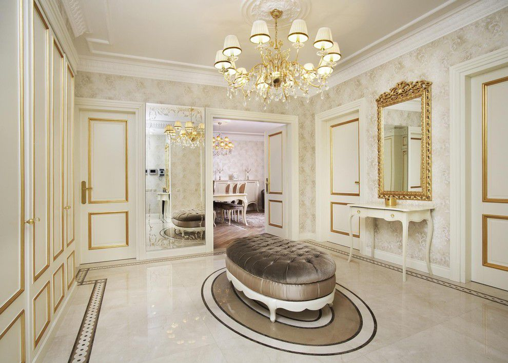 Широкий холл в стиле классики