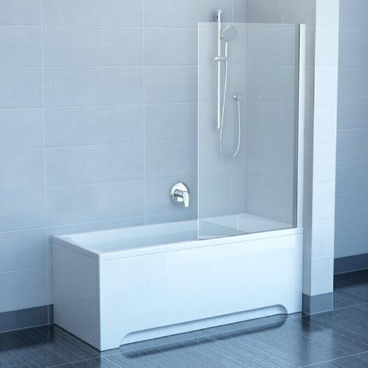 Небольшая стеклянная шторка на бортике белой ванны
