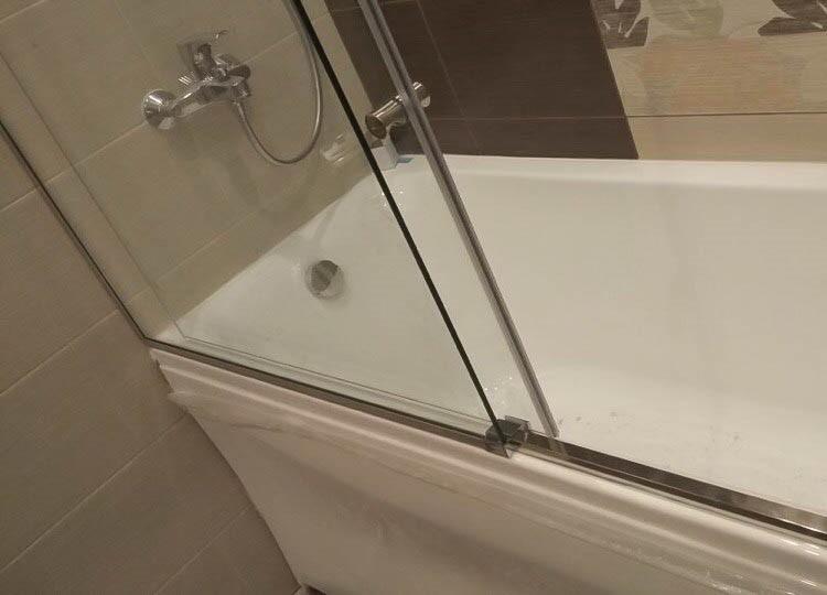 Стеклянные створки раздвижной шторки для ванны