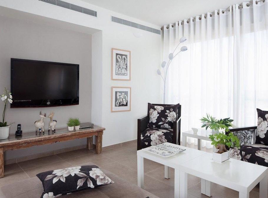 Белые шторы на люверсах в гостиной двухкомнатной квартиры