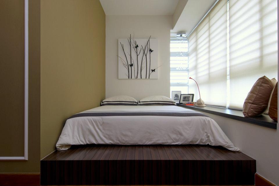 Кровать на подиуме в лоджии квартиры