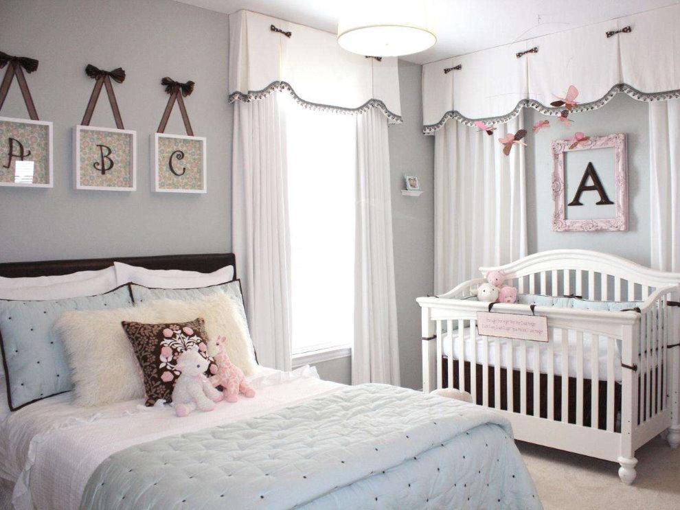 Светлые шторы с ламбрекеном в спальной комнате
