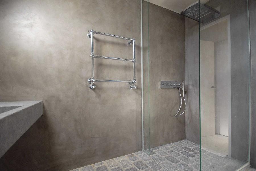 Серые стены ванной в стене минимализма