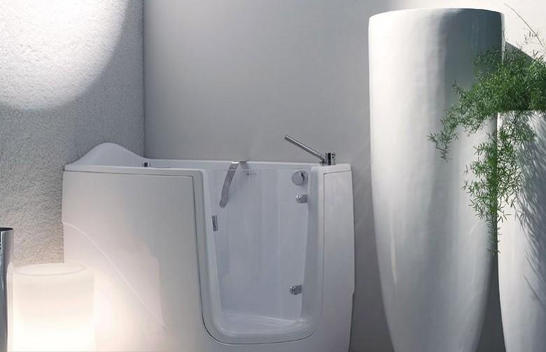 Стеклянная вставка в бортике акриловой ванны