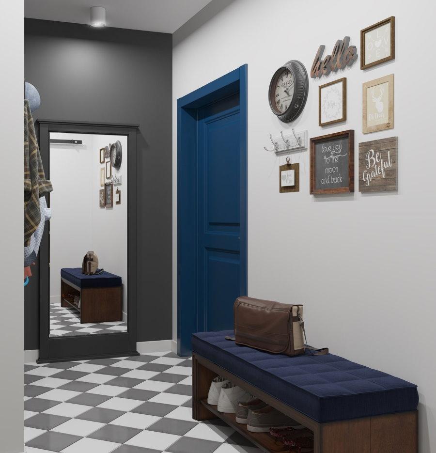 Темно-синяя дверь в небольшой прихожей