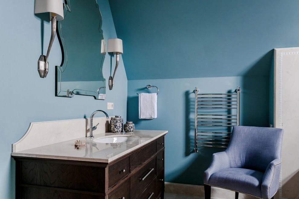 Ванная комната с крашенными стенами синего цвета