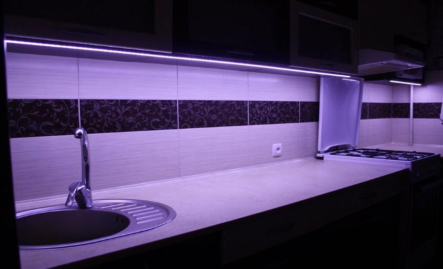Сиреневая подсветка кухонного фартука