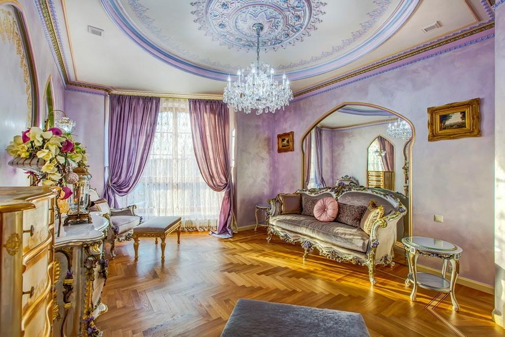 Классическая гостиная с занавесками сиреневого цвета