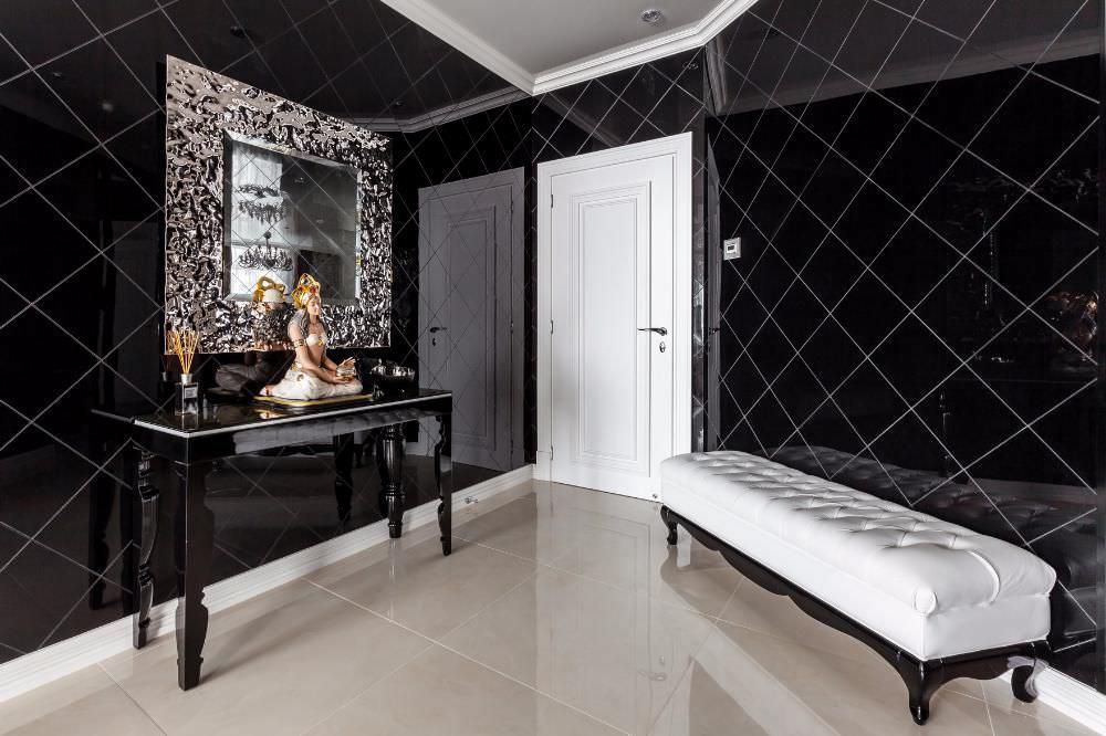 Керамический пол в холле с черными стенами