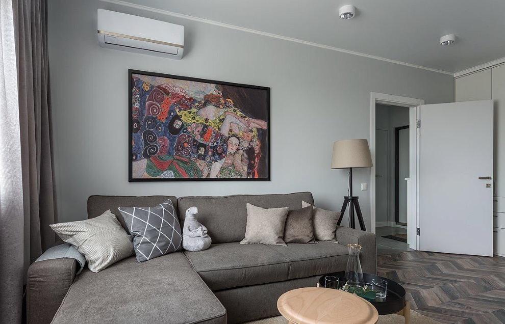 Декор стены над диваном с серой обивкой