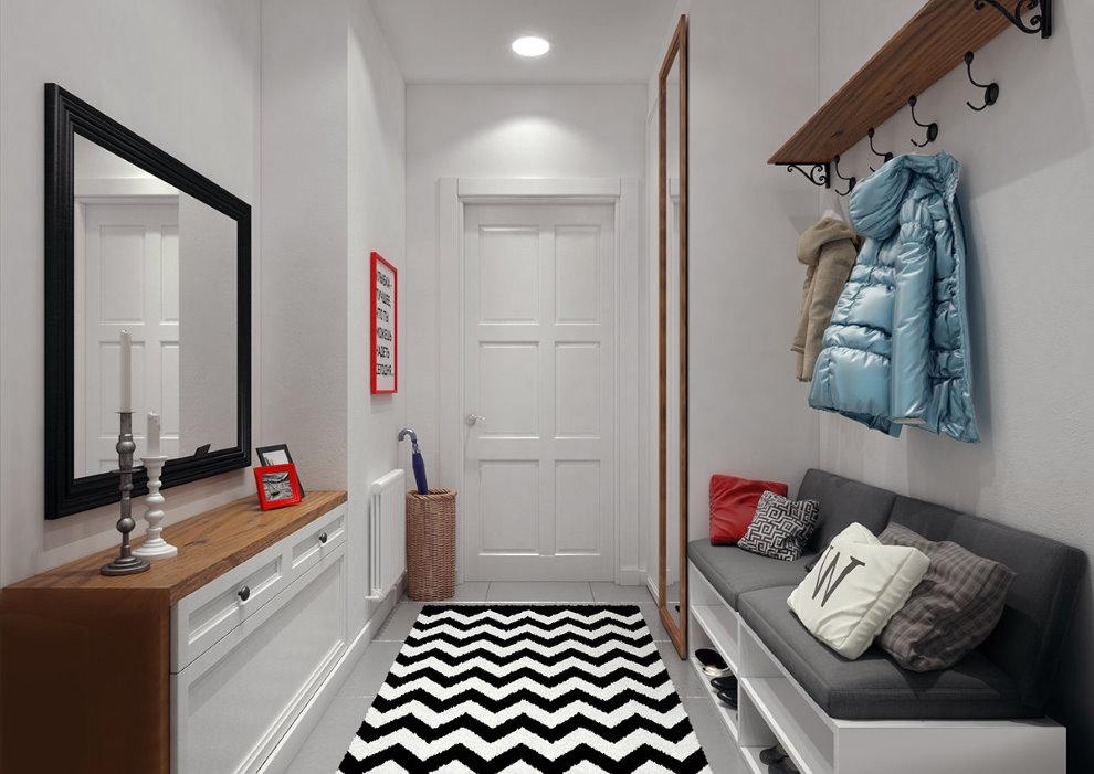 Бело-черный коврик на полу коридора в квартире