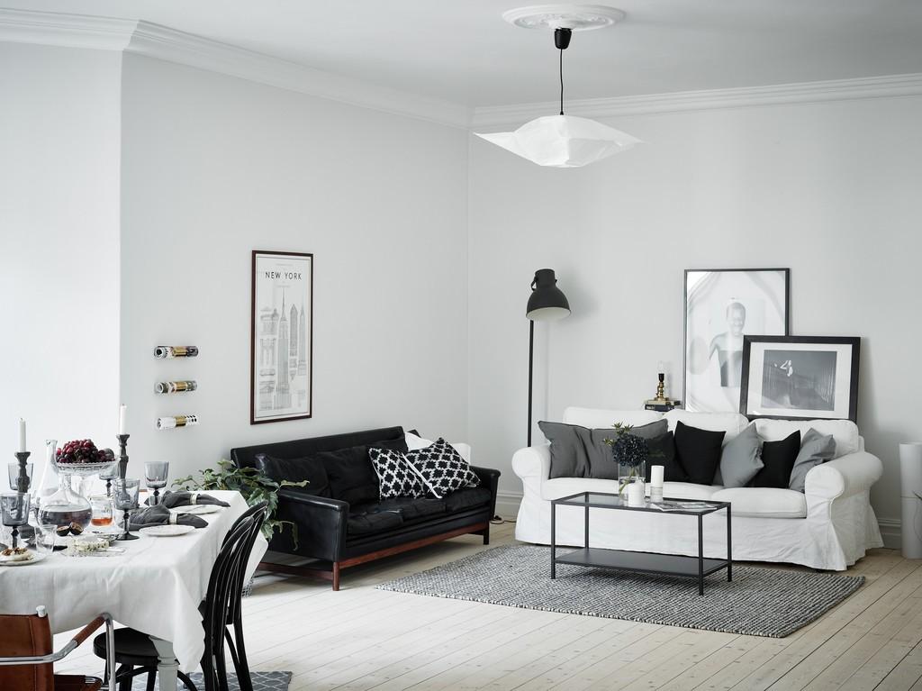 Черный диван в гостиной скандинавского стиля
