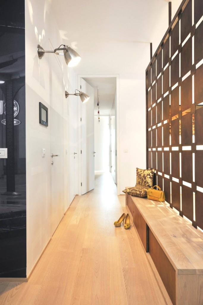 Светильники с поворотными кронштейнами на стене коридора