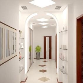длинный узкий коридор в квартире с нишами