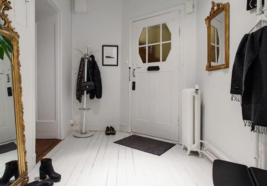 Витражное стекло в полотне двери в прихожей
