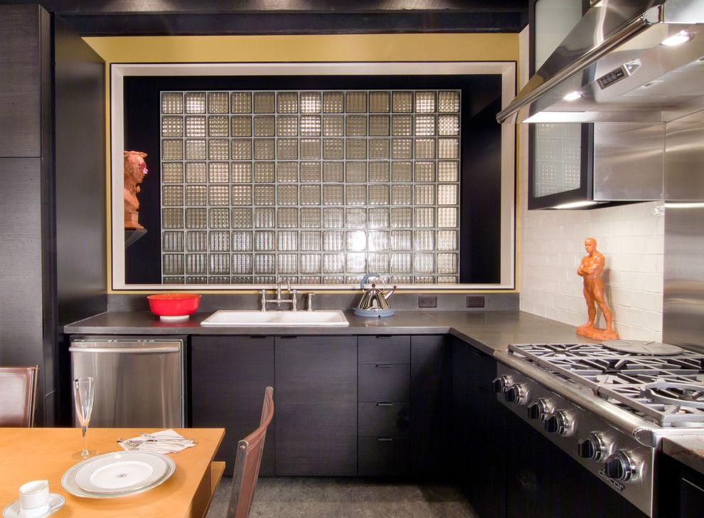 Кухонная мойка у стены из стеклоблоков