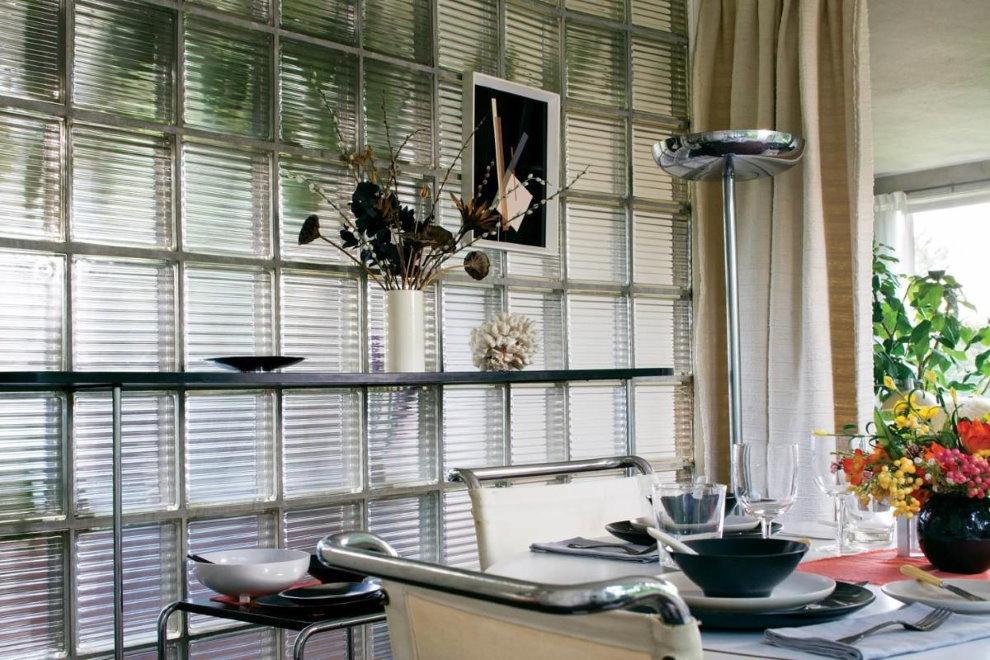 Обеденный стол возле перегородки из стеклоблоков