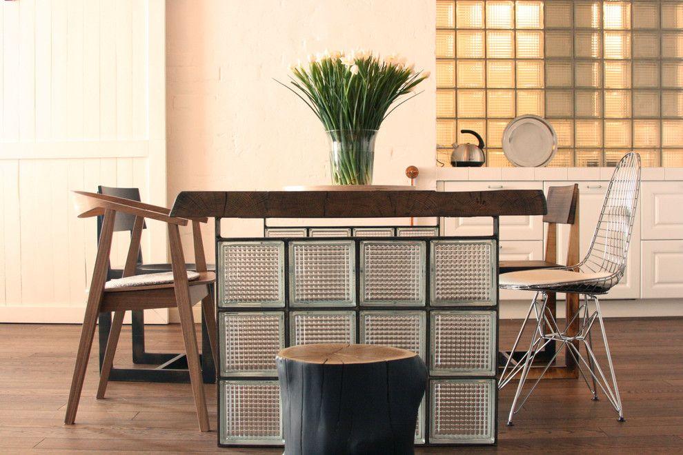 Обеденный стол на основе стеклянных блоков