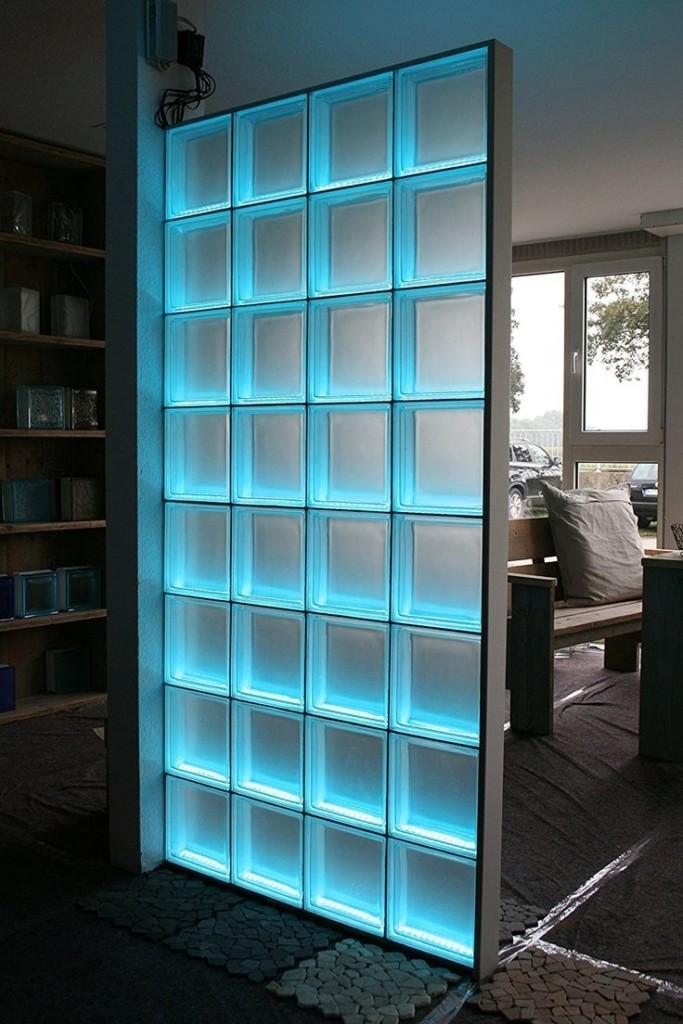 Перегородка из стеклоблоков со встроенной подсветкой