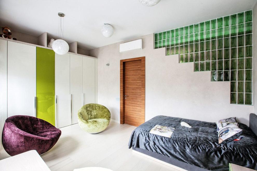 Интерьер спальни с перегородкой из стеклоблоков