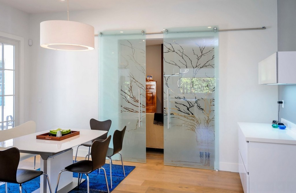 Растительный рисунок на стеклянных раздвижных дверях