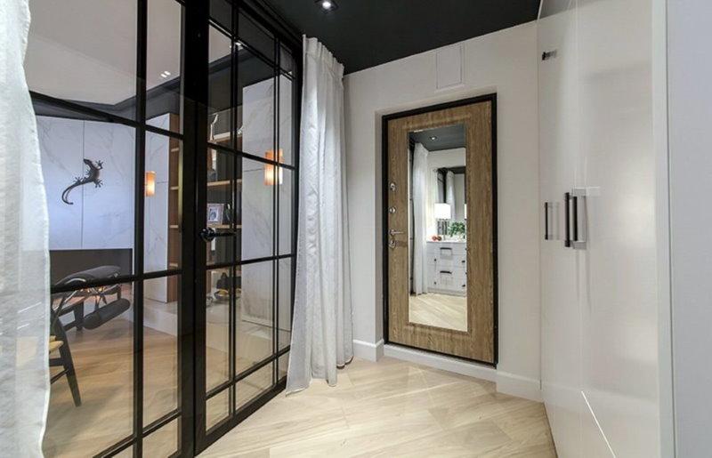 Прозрачные двери между прихожей и гостиной