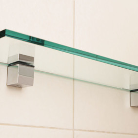 стеклянные полки для ванной комнаты фото интерьера