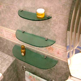 стеклянные полки для ванной комнаты оформление