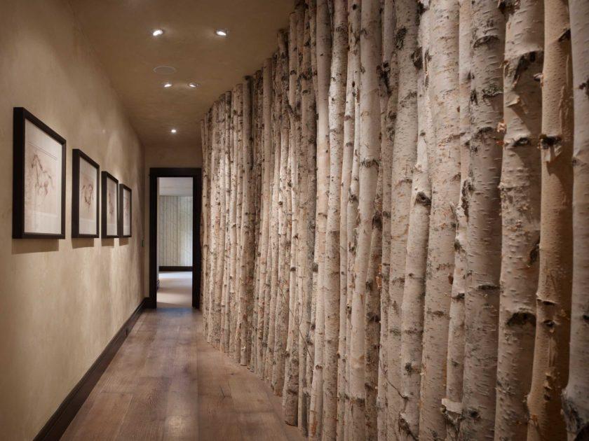 Стволы деревьев в интерьере узкой прихожей