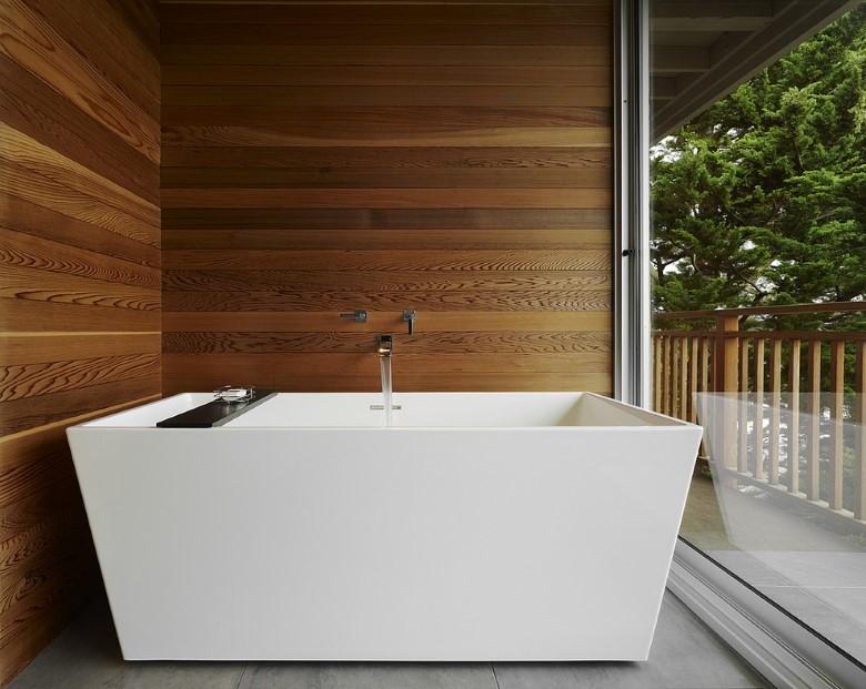 акриловая ванна в помещении с панорамным окном